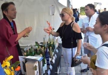 地酒を観光客らにPRする本県関係ブース