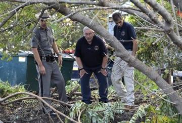 7日、米ニューヨーク州北部スコハリーで、リムジンの死亡事故現場を調べる州警察関係者ら(AP=共同)