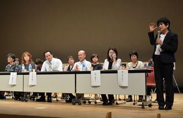あいさつをする武さん(右端)=7日、大阪市此花区のクレオ大阪西