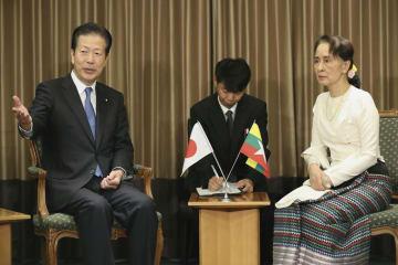 会談するミャンマーのアウン・サン・スー・チー国家顧問兼外相(右)と公明党の山口代表=8日、東京都千代田区