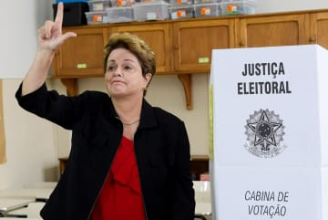 7日、ブラジル南東部ベロオリゾンテで投票するルセフ前大統領(ロイター=共同)