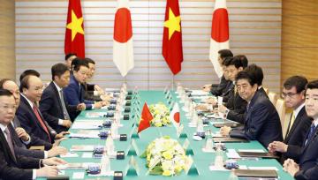 会談するベトナムのフック首相(左から3人目)と安倍首相(右から3人目)=8日午前、首相官邸