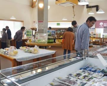 拡張した売り場で葛巻町外の海産物や果物を品定めする来場者