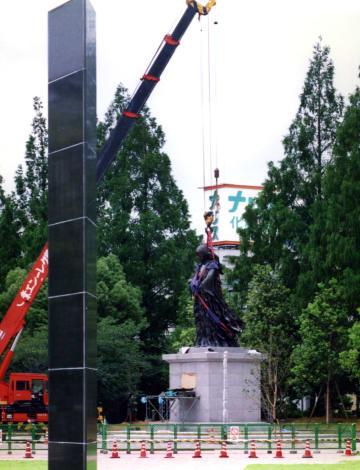 【平成の長崎】爆心地公園に「母子像」設置 被爆者ら見守る中