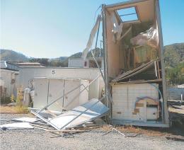 強風で1棟が横転した小鎚第13仮設住宅(大槌消防署提供)