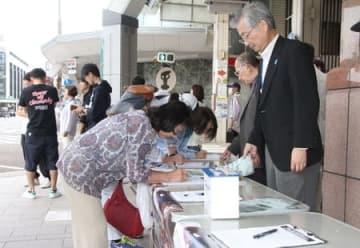 拉致被害者の早期救出を求めて行った街頭署名活動=7日、新潟市中央区
