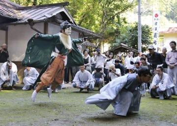 古沢厳島神社で営まれた伝統神事「えびすのお渡り」でジャンプを披露するえびす様=8日、和歌山県九度山町