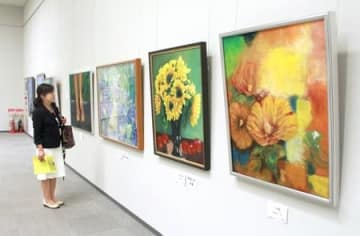 多くの美術ファンが熱心に鑑賞した「第49回二科新潟展」=7日、新潟市中央区