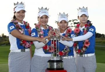 地元大会のプレッシャーに打ち勝ち、優勝を果たした韓国代表(左からチョン・インジ、ユ・ソヨン、キム・インキョン、パク・ソンヒョン)(撮影:GettyImages)