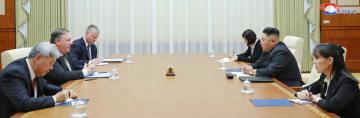 北朝鮮の金正恩朝鮮労働党委員長(右から2人目)とポンペオ米国務長官(左から2人目)の会談に同席した金与正党第1副部長(右端)=7日、平壌(朝鮮中央通信撮影・共同)