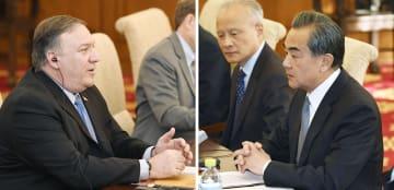 会談するポンペオ米国務長官(左)と中国の王毅国務委員兼外相(右手前)=8日、北京の釣魚台迎賓館(共同)