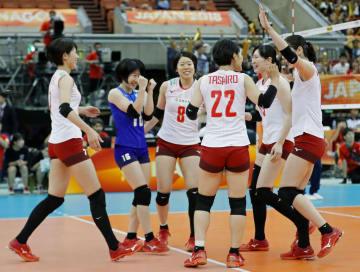 プエルトリコにストレート勝ちし、喜ぶ日本の選手たち=名古屋市ガイシプラザ