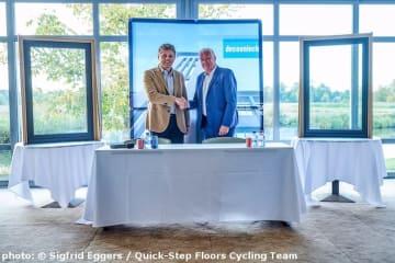 ルフェーブルGM(右)とドゥクーニンク社のバンイークホウトCEO (photo: © Sigfrid Eggers / Quick-Step Floors Cycling Team)