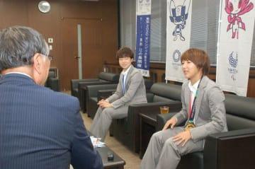 強豪チームとの試合を振り返る隅田選手(右)と宮川選手=藤沢市役所