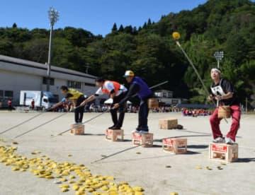 恒例の「田老名物」でアワビの貝を採る参加者