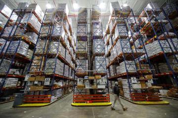 倉庫に積まれた輸入物の冷凍シーフード=9月、米カリフォルニア州バーノン(ロイター=共同)