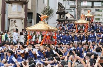 勢いよく諏訪神社の石段を下る3基のみこし=長崎市馬町