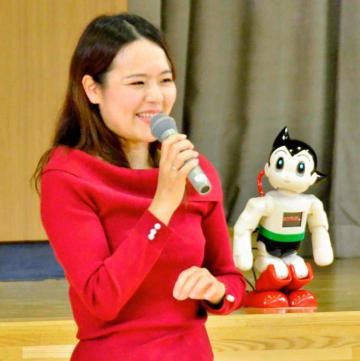 ロボットとの会話を披露し、多くのことに関心を持つよう児童に呼び掛けた大西さん
