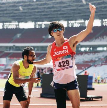 男子200メートル(義足など)で優勝した佐藤圭太(右)=ジャカルタ(共同)