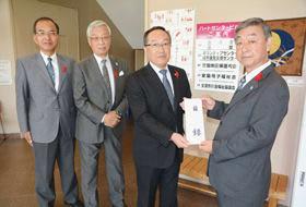 (右から)長谷川会長に目録を手渡す沼田会長、森川常任理事、小林常任理事