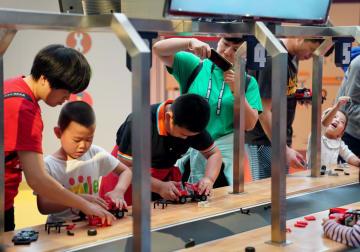 自動車博物館で触れ合う親子のひととき 中国上海