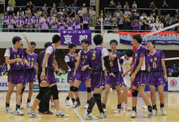 バレーボール少年男子決勝で27年ぶりの優勝を決め、笑顔を見せる京都の選手たち(福井県坂井市・丸岡体育館)