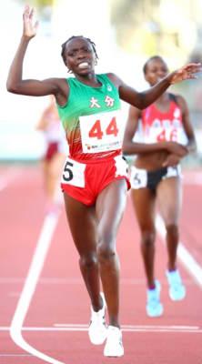 【少年女子A3000メートル決勝】序盤から先頭を譲らず、レースを制したマータ・モカヤ=福井市