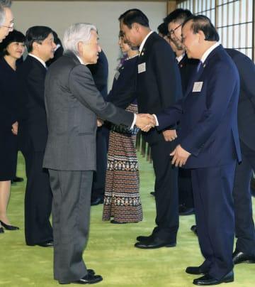メコン川流域5カ国の首脳を招き、懇談される天皇陛下と皇太子さま。右手前はベトナムのフック首相=9日午後、皇居・宮殿(代表撮影)