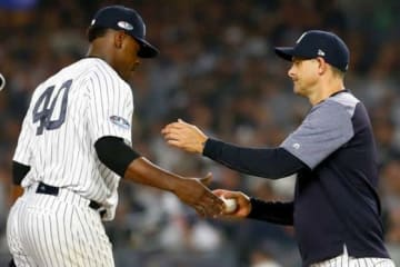 ヤンキース・セベリーノとマウンドで会話を交わすブーン監督(右)【写真:Getty Images】