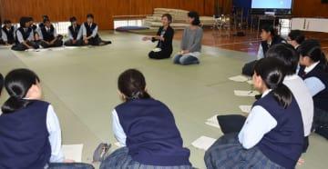 都城農業高の女子生徒へ農業の魅力などについて紹介した長友さん(中央左)と山田さん(同右)