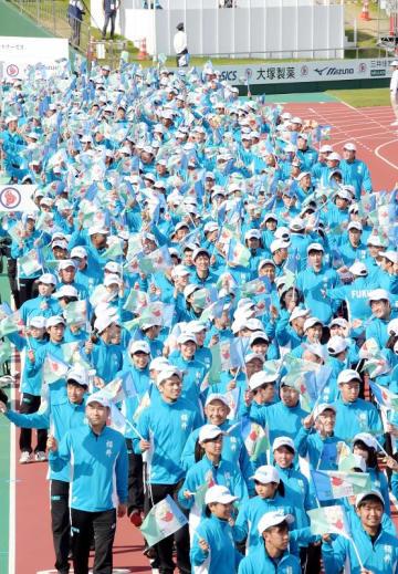福井国体の総合閉会式で入場行進する福井県選手団=10月9日、福井県福井市の9・98スタジアム