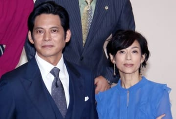 連続ドラマ「SUITS/スーツ」に出演している織田裕二さん(左)と鈴木保奈美さん