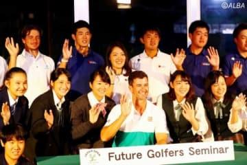 アダム・スコット(中央)がジュニアゴルファー40人に講演を行った(撮影:村上航)