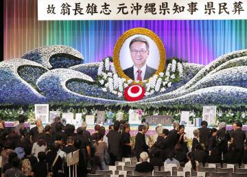 翁長雄志前沖縄県知事の県民葬が営まれ、大勢の県民らが献花に訪れた=9日午後、那覇市