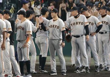 阪神を下してCS進出を決め、ナインを迎える巨人・高橋監督(中央)=甲子園