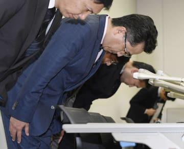 記者会見の冒頭、システム障害について謝罪する日本取引所グループの横山隆介常務執行役(手前から2人目)=9日午後、東京・日本橋兜町の東京証券取引所