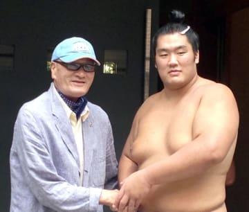 2014年9月、幕下の達(右、現在は平幕輝)を激励する大相撲の元横綱、輪島大士氏=東京都江東区
