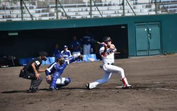 若手を中心に熱戦が始まったフェニックス・リーグ=8日午後、宮崎市・KIRISHIMAひむかスタジアム