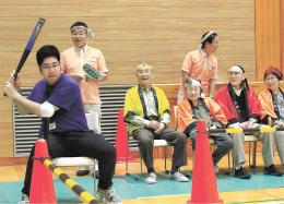 打席でバットを構える学生にエールを送る参加者たち