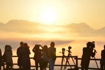 高千穂の町並みを覆い尽くした幻想的な雲海=9日午前、高千穂町押方・国見ケ丘