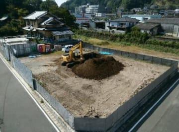 新築移転工事が進む市立こども診療所の現場=9日、竹田市玉来