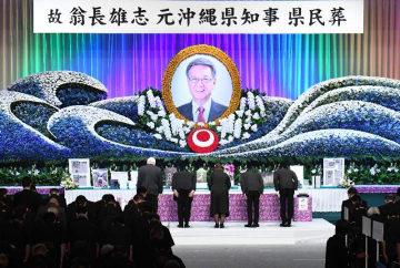 約3000人が参列した翁長雄志前知事の県民葬=9日午後2時すぎ、那覇市・県立武道館