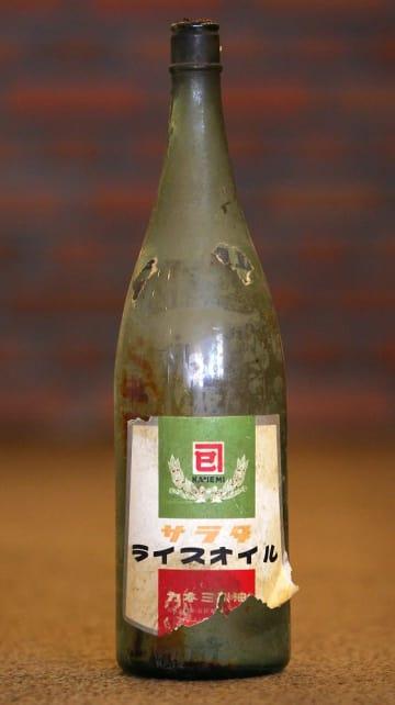 カネミ倉庫の食用米ぬか油の一升瓶=長崎市内
