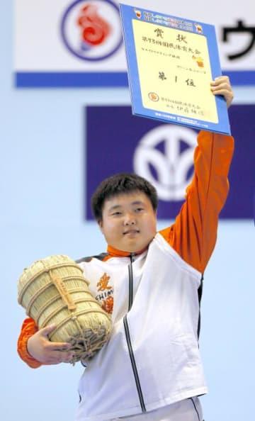 重量挙げ少年男子105キロ超級のジャークで優勝した三宅敬之=8日午後、福井県小浜市
