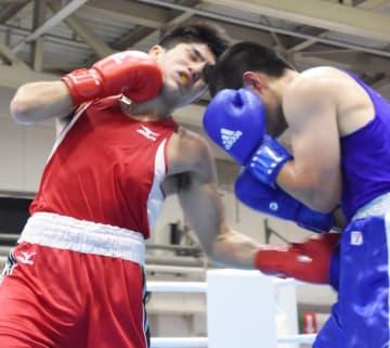 成年男子ミドル級決勝 相手のボディーを狙う梅村錬(左、拓大)=福井県産業会館