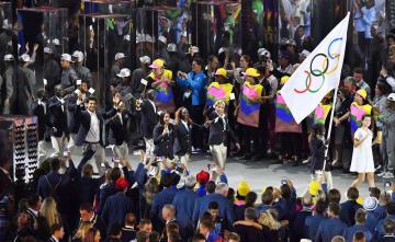 リオデジャネイロ五輪の開会式で入場行進する「難民五輪選手団」=2016年8月(共同)