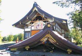 地震により屋根が落下した社殿=4日午前11時、安平町早来大町地区・早来神社