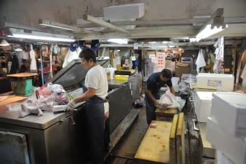「いなせり」に冷凍マグロなどを出品する築地市場の仲卸業者。豊洲移転後も出品を続けるという=4日午前、東京都中央区