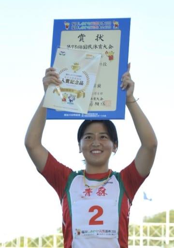 表彰台の頂上で賞状を掲げ、笑顔を見せる奈良岡翠蘭=8日