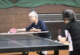 9日から始まった卓球を楽しむ参加者